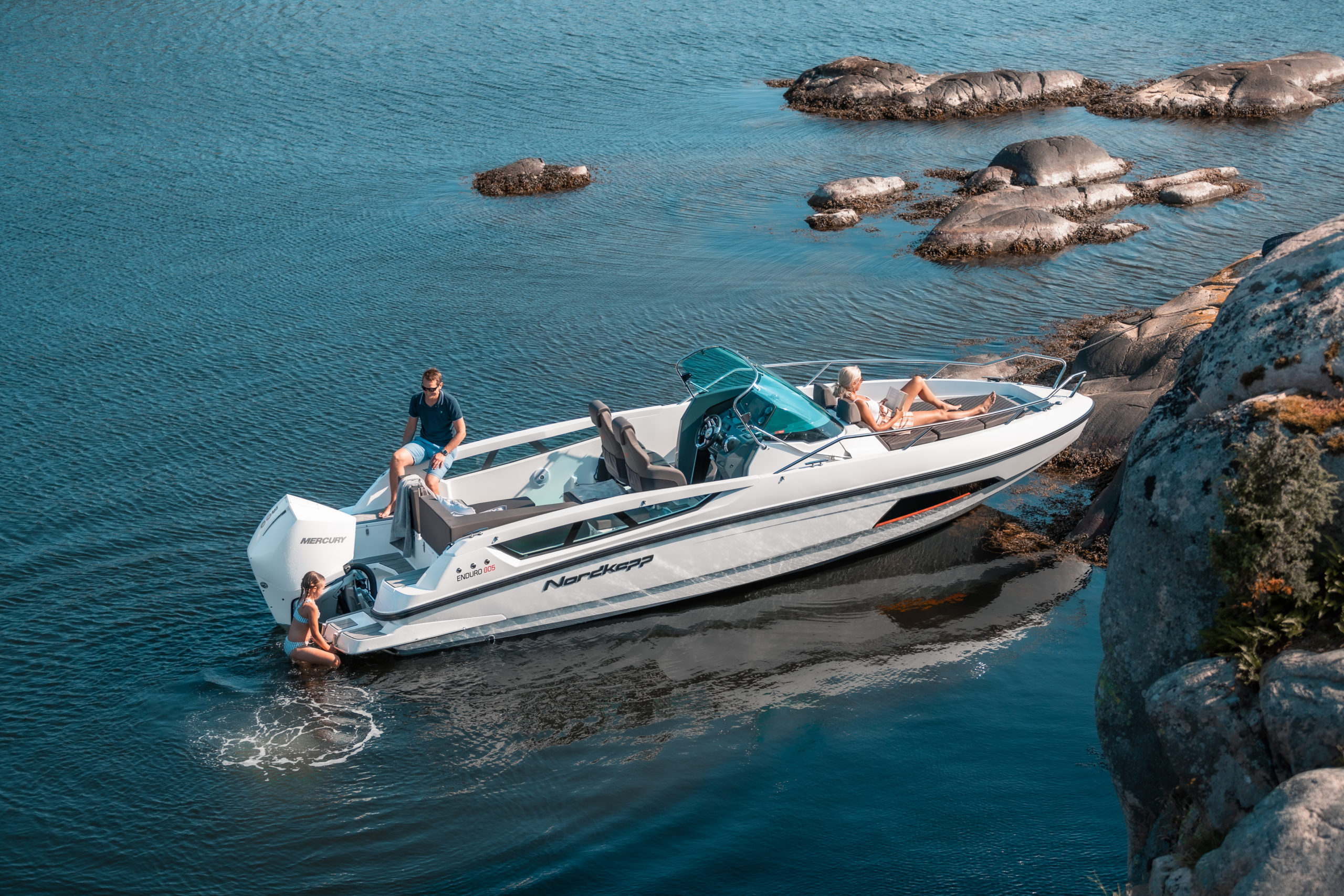 Enduro 805 docked - boat overview with swimming